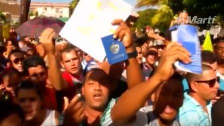 [ÚLTIMA HORA] Cientos de cubanos protestan frente a la embajada de Ecuador en La Habana