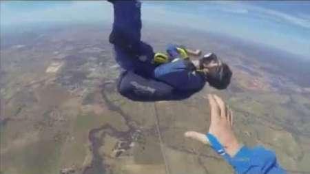 Tiene un ataque de epilepsia al saltar en paracaidas y su instructor le salva la vida
