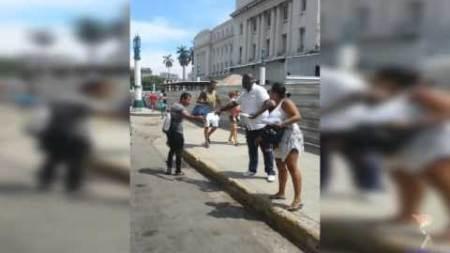 Activistas del partido opositor UNPACU reparten discos en calles de La Habana