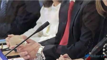 El jefe de la Misión de Cuba en Washington muestra un Rolex valorado en miles de dólares en la mesa de negociaciones